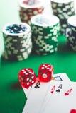 Cartões e dados do pôquer fotos de stock royalty free