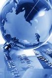 Cartões e globo de crédito foto de stock