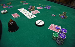 Cartões e microplaquetas de jogo em uma tabela Foto de Stock Royalty Free