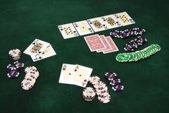 Cartões e microplaquetas de jogo em uma tabela Imagens de Stock Royalty Free