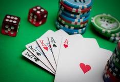Cartões e microplaquetas de póquer Foto de Stock Royalty Free