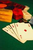 Cartões e microplaquetas de póquer fotografia de stock