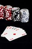 Cartões e microplaquetas do póquer Fotografia de Stock