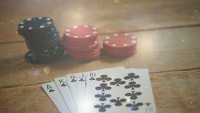 Cartões e microplaquetas do pôquer em uma tabela de madeira video estoque