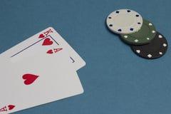 Cartões e microplaquetas em um fundo azul, casino foto de stock royalty free