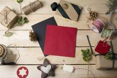 Cartões e ornamento vazios do Natal no backgroun de madeira Imagem de Stock