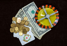 Cartões e roleta do dinheiro em um fundo escuro Foto de Stock