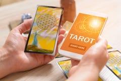 Cartões e telefone celular de tarô foto de stock