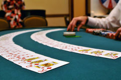 Cartões em uma tabela de jogo Foto de Stock