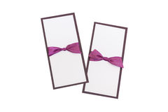 Cartões feitos a mão com a fita roxa do cetim no branco imagens de stock