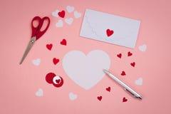Cartões feitos a mão de assinatura do ` s do Valentim Feltro, pena de prata envelope branco, tesouras Imagem de Stock