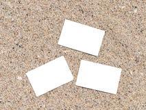 Cartões imediatos vazios brancos da foto na areia da praia Imagens de Stock Royalty Free