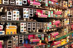 Cartões-matrizes velhos do computador Pilhas do hardware obsoleto e de componentes eletrônicos imagens de stock