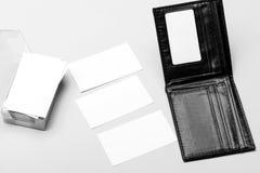 Cartões na cor branca com espaço da cópia Os cartões empilham no titular do cartão no fundo amarelo Fotos de Stock Royalty Free