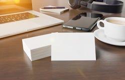 Cartões na rendição de madeira do modelo 3d da mesa ilustração royalty free