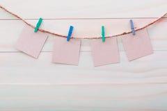 Cartões pequenos que penduram com pregadores de roupa Fotos de Stock Royalty Free