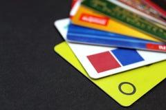 Cartões plásticos diferentes para um ATM em um fundo preto fotos de stock