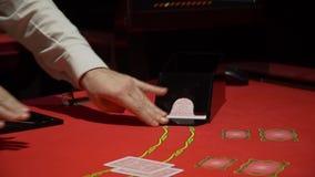 Cartões que estão sendo negociados no jogo de pôquer no casino vídeos de arquivo