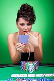 Cartões surpreendentes na tabela do póquer Imagem de Stock