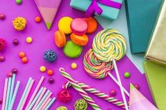 Cartões uncluding ajustados do aniversário, presentes envolvidos e doces na opinião superior do fundo fúcsia Imagens de Stock Royalty Free
