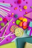 Cartões uncluding ajustados do aniversário, presentes envolvidos e doces na opinião superior do fundo fúcsia Imagem de Stock