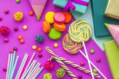 Cartões uncluding ajustados do aniversário, presentes envolvidos e doces na opinião superior do fundo fúcsia Imagens de Stock