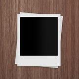 Cartões vazios da foto do Polaroid no fundo de madeira Imagens de Stock