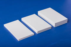 Cartões vazios em um azul; fundo de madeira Fotos de Stock