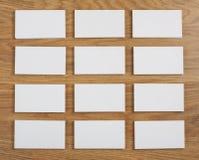 Cartões vazios em um fundo de madeira Fotografia de Stock Royalty Free