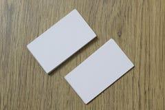 Cartões vazios em uma superfície de madeira Foto de Stock Royalty Free