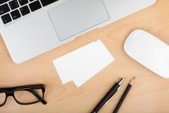 Cartões vazios na tabela de madeira do escritório Foto de Stock