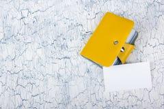 Cartões vazios na tabela de madeira Molde para a identificação Vista superior Suporte de cartão Fotos de Stock