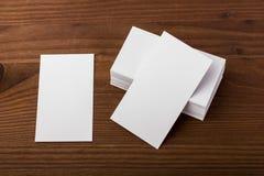 Cartões vazios no fundo de madeira Fotos de Stock Royalty Free