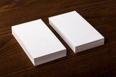 Cartões vazios no fundo de madeira Fotos de Stock