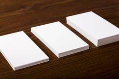 Cartões vazios no fundo de madeira Fotografia de Stock