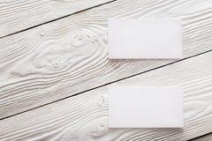 Cartões vazios no fundo de madeira Lugar para a identificação Imagens de Stock Royalty Free