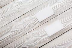 Cartões vazios no fundo de madeira Lugar para a identificação Imagem de Stock