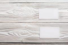 Cartões vazios no fundo de madeira Lugar para a identificação Fotos de Stock
