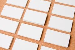 Cartões vazios no fundo do corkboard Fotografia de Stock