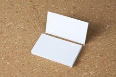 Cartões vazios no fundo do corkboard Fotos de Stock