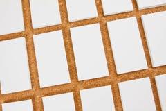 Cartões vazios no fundo do corkboard Imagem de Stock