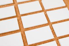 Cartões vazios no fundo do corkboard Imagens de Stock Royalty Free
