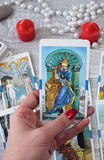 Cartões, velas e acessórios de tarô em uma tabela de madeira Fotos de Stock Royalty Free