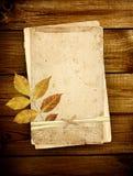 Cartões velhos em pranchas de madeira Fotos de Stock Royalty Free