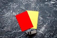 Cartões vermelhos e amarelos na opinião superior do fundo escuro fotos de stock