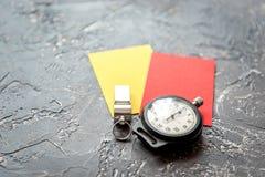 Cartões vermelhos e amarelos no fim escuro do fundo acima Fotos de Stock Royalty Free
