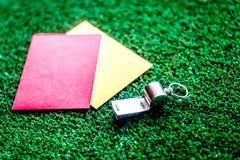 Cartões vermelhos e amarelos no fim verde do fundo acima fotografia de stock royalty free