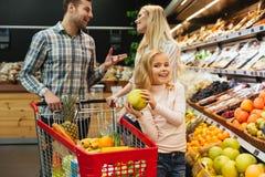 cart покупка семьи счастливая Стоковые Изображения