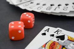 Cart?es & dados de jogo na superf?cie do preto imagens de stock royalty free