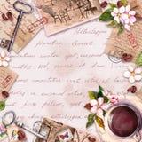 Cart?o do vintage com papel velho, letras com caf? ou copo de ch?, flores, texto escrito da m?o, chaves Projeto retro no franc?s ilustração stock